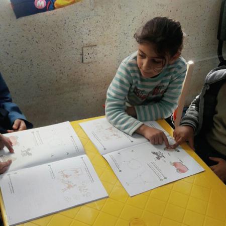 Kinder lernen neue Wörter und schreiben, Flüchtlinge in Jordanien