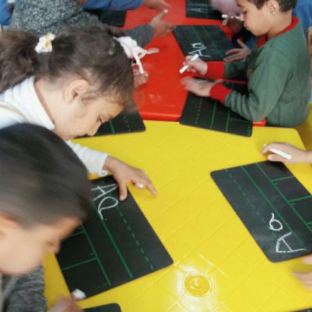 Lehrhefte zur Alphabetisierung von Kindern wurden in Arabisch und Englisch entwickelt
