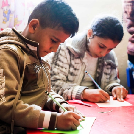 Schreiben lernen lässt aus dem Alltag entfliehen und lässt Kinder Kinder sein