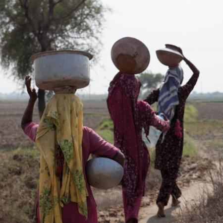 Pakistan: Transport von Gütern über weite Strecken erfolgt oftmals noch zu Fuß über Landwege auf dem Kopf