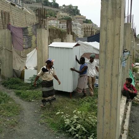 Aufbau einer Toilette inmitten provisorischer Unterkünfte im Jemen