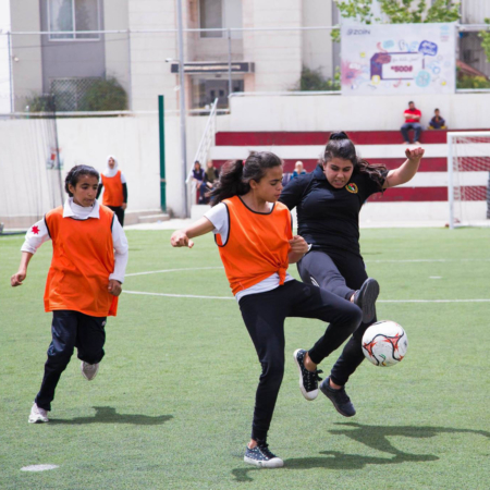 Beim Fußball wird nicht nur körperlich trainiert, sondern auch Teamgeist und Durchsetzungsvermögen