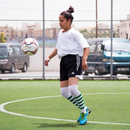 Mädchen spielt Fussball, Jordanien