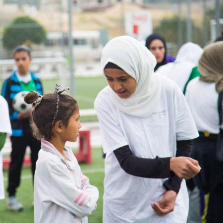 Austausch zwischen zwei Mädchen auf dem Fußballfeld, Jordanien