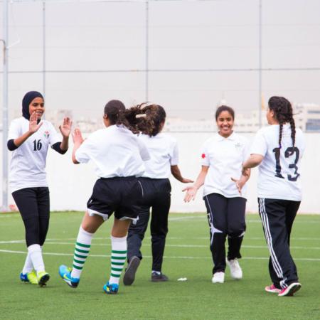 Sport fördert Freundschaften, macht Spaß und bringt Mut., Mädchenfußball in Jordanien.