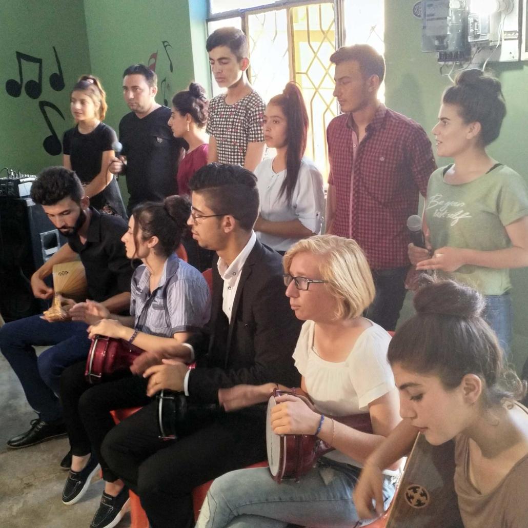 Musik verbindet Menschen: junge Erwachsene im Irak