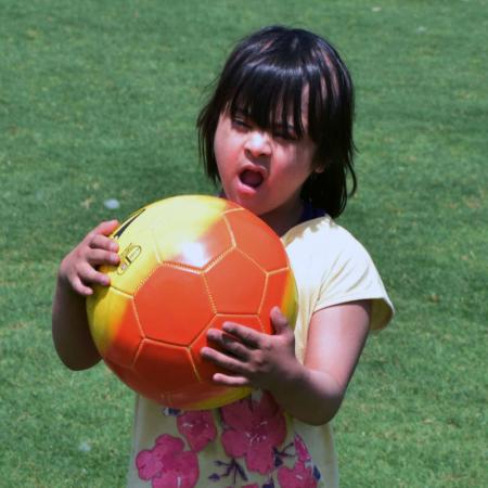 Bewegung tut gut: Mädchen mit Ball
