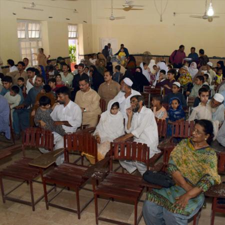 Treffen für gemeinsame Schulung: Eltern in Pakistan mit ihren behinderten Kindern