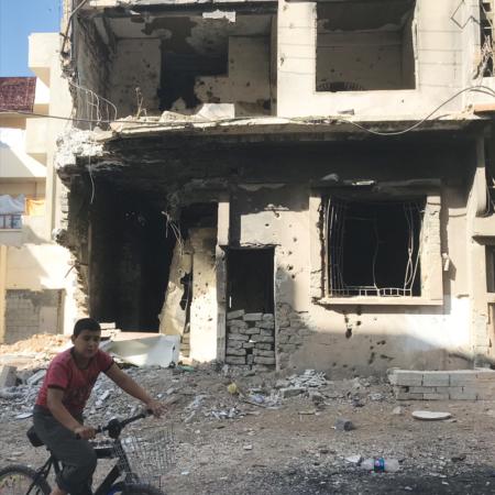 Kinder leben zwischen zerbombten Häusern