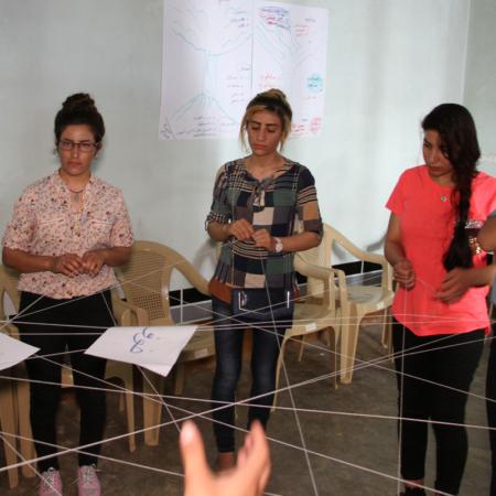 Sich spielend einander annähern, junge Erwachsenen im Irak