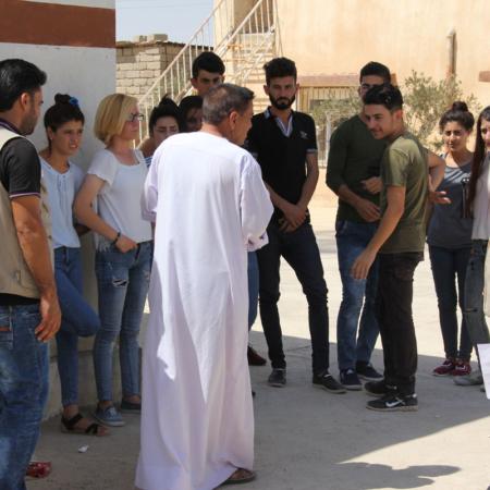 Junge Menschen bei einem friedlichen Dialog im Irak