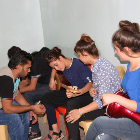 Gitarre spielen und trommeln: Musik verbindet junge Menschen im Irak
