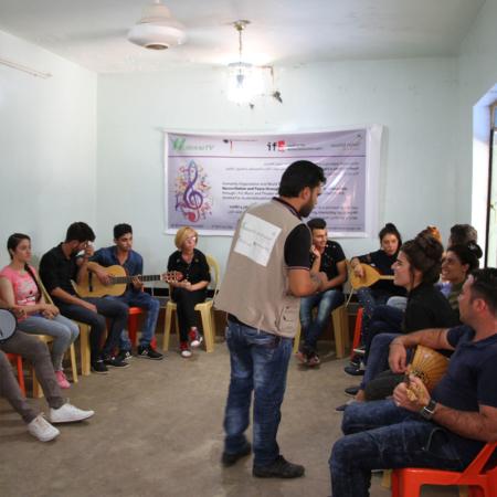 Musik-Session als gemeinsame Aktivität für junge Erwachsene im Irak