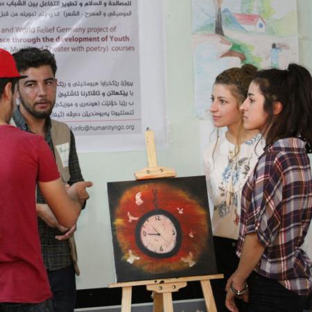 Diskussion über das fertige Gemälde: Gespräche zwischen Menschen werden angeregt