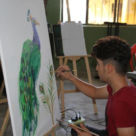 Pfau, gemalt von einem jungen Erwachsenen im Irak