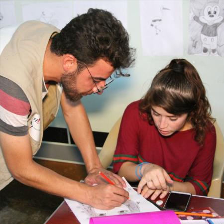 Zusammen zeichnen, zusammen lernen: junge Menschen im Irak
