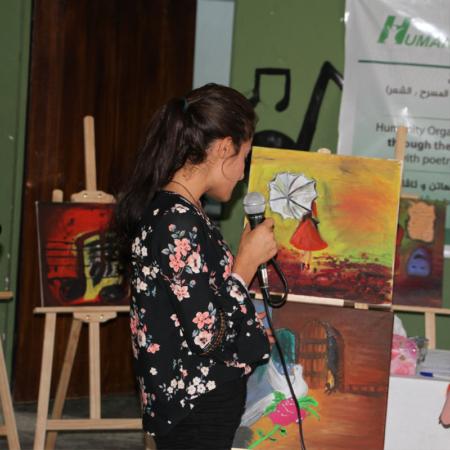 Junge Frau spricht über ein Gemälde, Irak