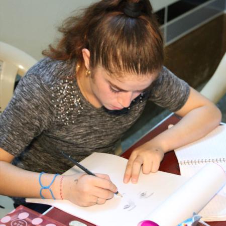 Junge Künstlerin in Irak, zeichnet Selbstportrait