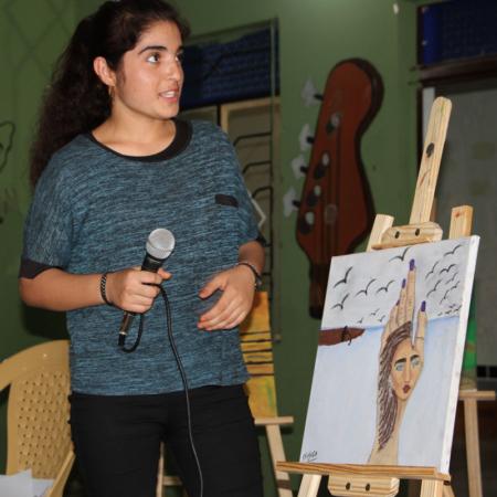 Frau spricht über ein Bild, Kunstprojekt im Irak