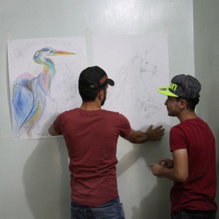 Zeichnen für den Frieden, junge Erwachsene nehmen an Kunstprojekt teil