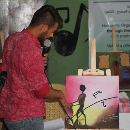 Junger Mann spricht über ein Bild mit dem Thema 'Musik'