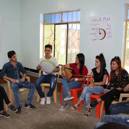 Musik verbindet: junge Erwachsene bei einer Musiksession