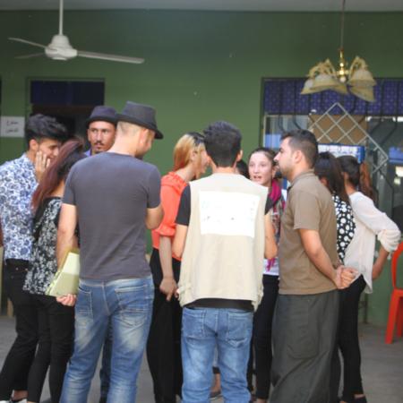 Irak: junge Männer und Frauen im Gespräch