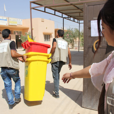 Ankunft neuer Mülltonnen für den Bezirk im Irak