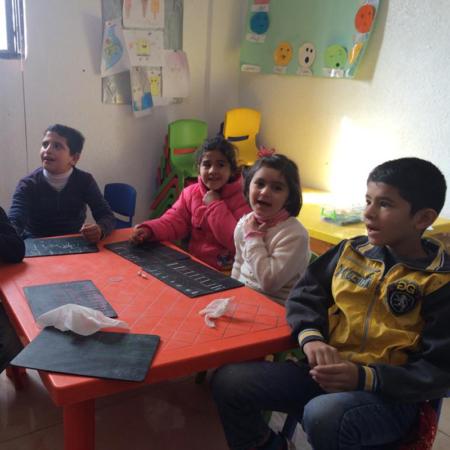 Winterhilfe in Jordanien: Kinder lernen lesen und schreiben