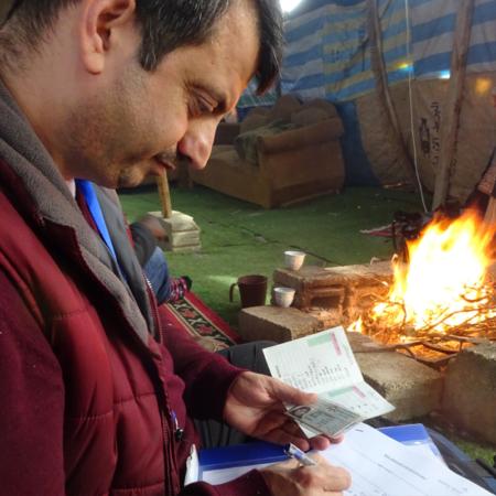 Winterhilfe in Jordanien: Unser Mitarbeiter registriert die Familie