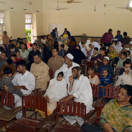 Treffen für gemeinsame Schulung: Eltern in Pakistan mit ihren Kindern