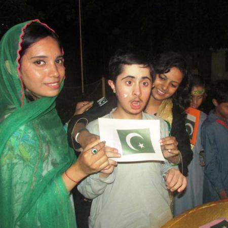 Kinder mit pakistanischer Flagge