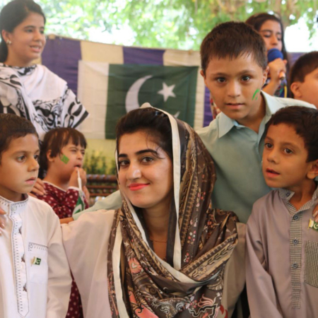 Hilfe ist Freundschaften zu fördern: Kinder auf einem Fest in Pakistan