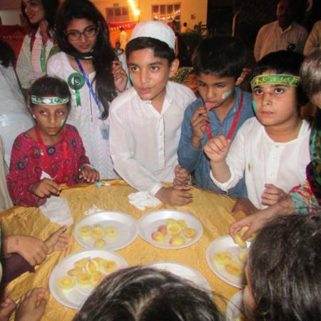 Pakistan: Kinder beim Essen während eines Fests