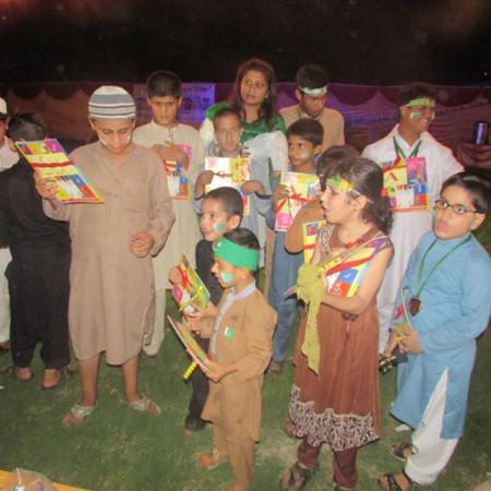 Spaß beim Verkleiden: Kinder bei einem Fest in Pakistan