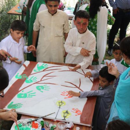 Kreativität ausdrücken: pakistanische Jungs beim Malen mit Hand und Pinsel