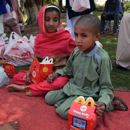 Gemeinsames Picknick in Pakistan, Hilfe für Kinder
