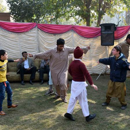 Gemeinsam tanzen in Pakistan, Kinder und Erwachsene