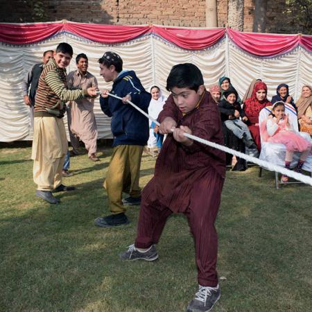 Spielen fördert den Zusammenhalt: Jungs beim Tauziehen in Pakistan