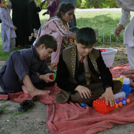 Spielen verbindet: Jungs in Pakistan