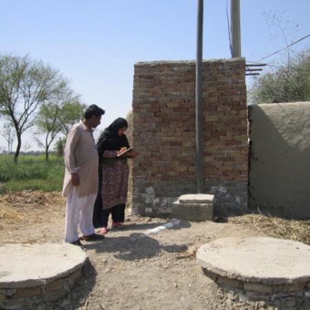 Pakistan: Familie mit neu gebauter Sanitäranlage