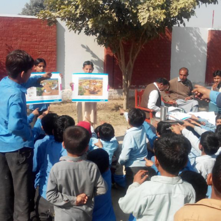 Kinder in Pakistan lernen über die Wichtigkeit von sauberem Trinkwasser
