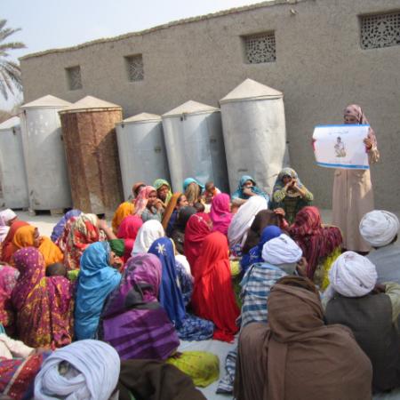 Frauen in Pakistan lernen über die Wichtigkeit von sauberem Trinkwasser