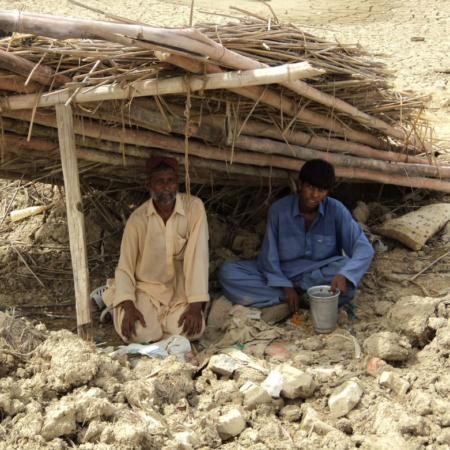 Pakistan: viele Menschen leben in provisorischen Unterkünften mit wenig Schutz und ohne Zugang zu sauberem Trinkwasser