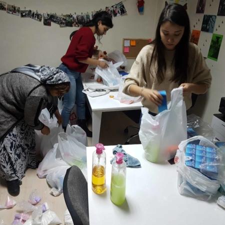 Unterversorgung mit Hygieneartikeln zur Verwendung bei der Menstruation, Frauen packen Hilfspäckchen für Frauen