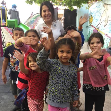 Mitarbeiter Safyia inmitten freudiger Kinder