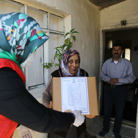 Corona Hilfe Türkei - Bedürftiges Ehepaar erhält Hygienepaket